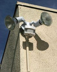 Las luces con sensor de movimiento, como las luces de este edificio, detectan energía infrarroja.