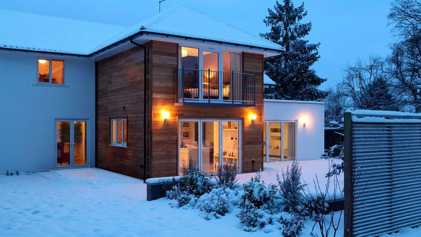 casa en invierno con luces de porche.