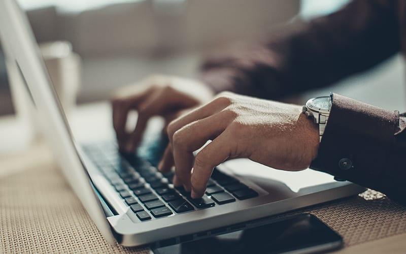alguien usando una laptop
