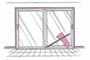 Se puede usar una tubería o una barra de metal para proteger contra robos una puerta de patio.