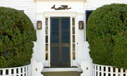 Los grandes arbustos junto a la puerta principal dan a los ladrones mucho espacio para esconderse.