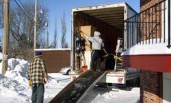 Los ladrones que se hacen pasar por profesionales de la entrega o la mudanza pueden convencer a los vecinos de que están a la altura.
