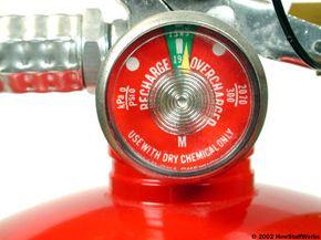 La mayoría de los extintores de incendios de químico seco tienen un manómetro incorporado. Si el indicador del manómetro apunta a