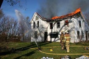 A pesar de que ocurre un incendio en el hogar cada 79 segundos, los códigos de construcción actuales no requieren sistemas de rociadores automáticos en la construcción de casas nuevas.