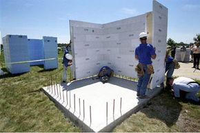Los trabajadores de Sioux City, Iowa, construyen un refugio para tornados con paredes de espuma rellenas de cemento.